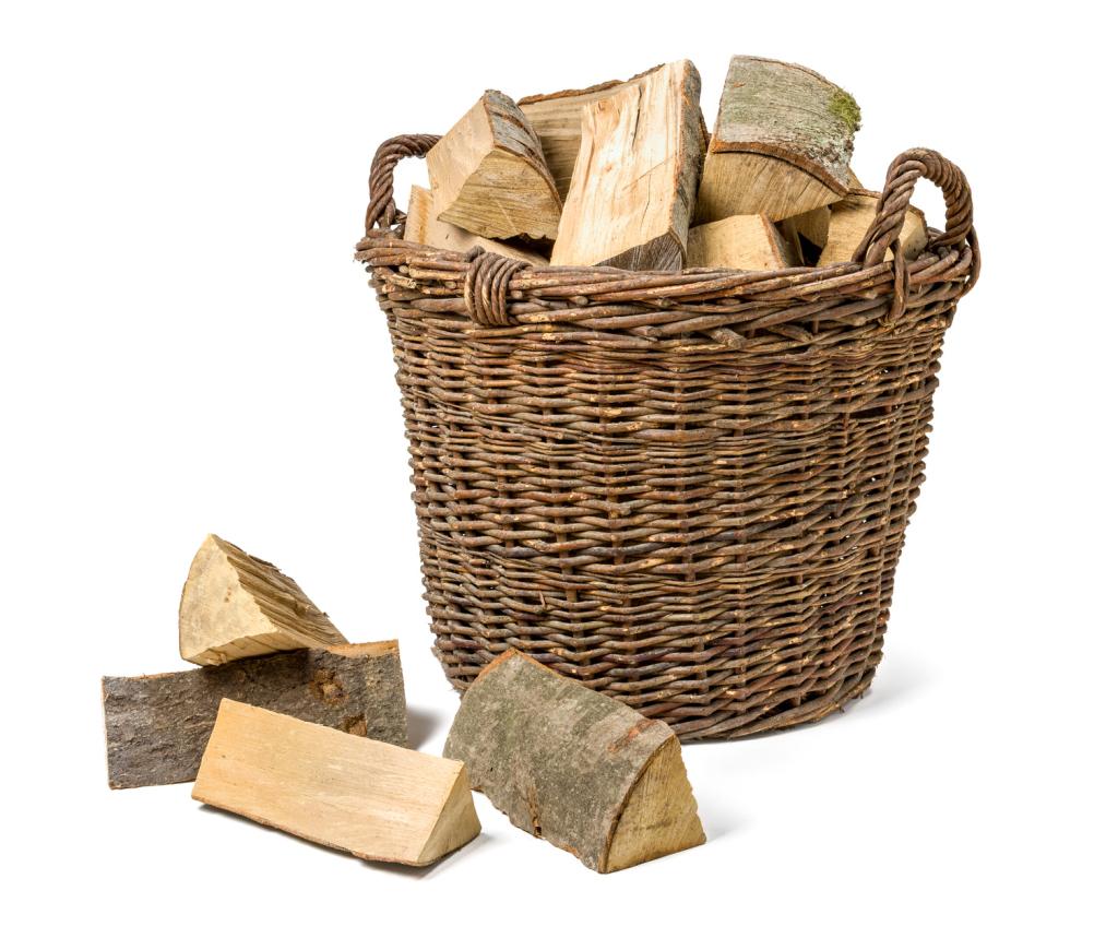 Weidenkorb gefüllt mit Feuerholz